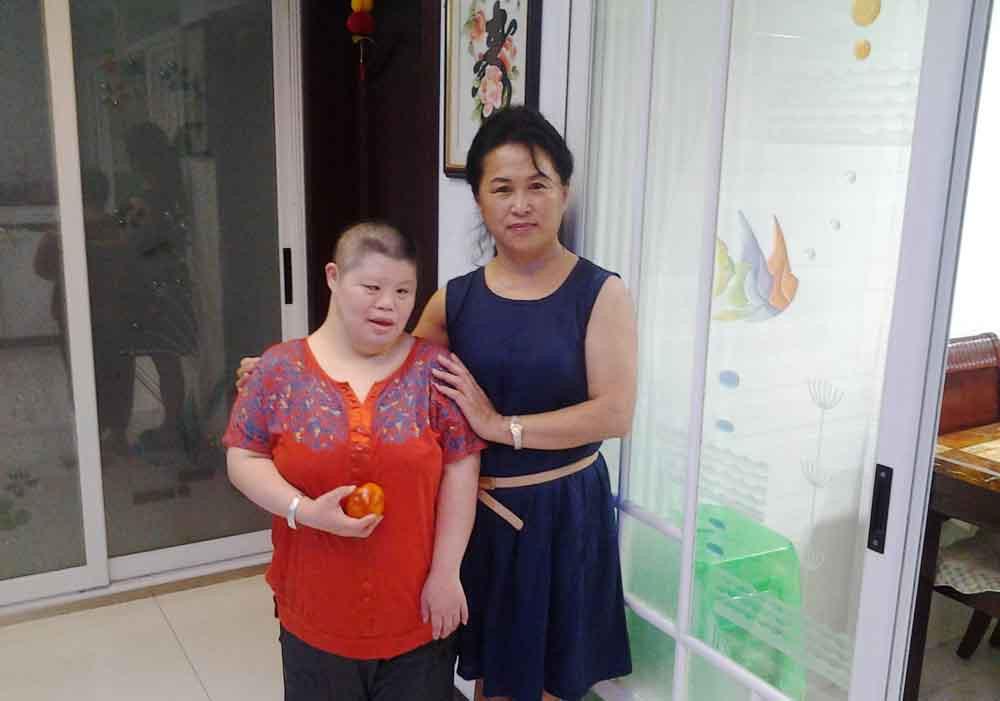 宋立岩带着水果去家中看望智障的女孩藏淑丽_副本.jpg