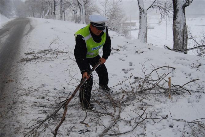 上路巡逻清理路面积雪.jpg